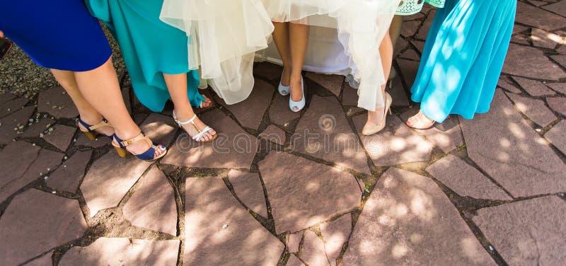 Füße einer Braut und ihrer Brautjungfern stockfotos
