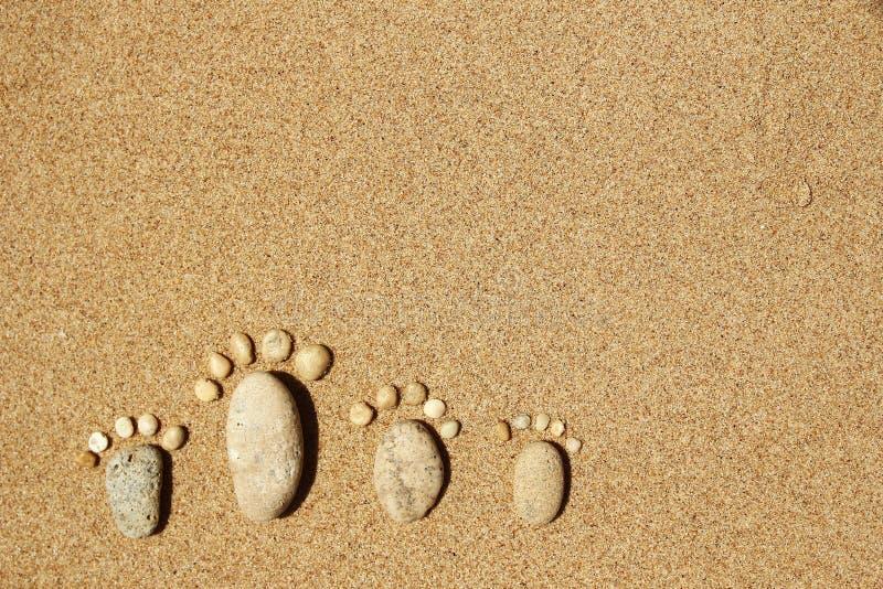 Füße einer Familie der Steine auf dem Meer lizenzfreie stockfotos