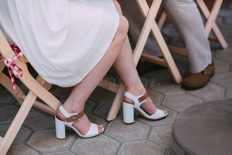 Füße eines jungen Paares stockfotografie