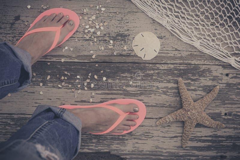 füße Erst-Personenansicht über rustikalen hölzernen Hintergrund lizenzfreie stockbilder