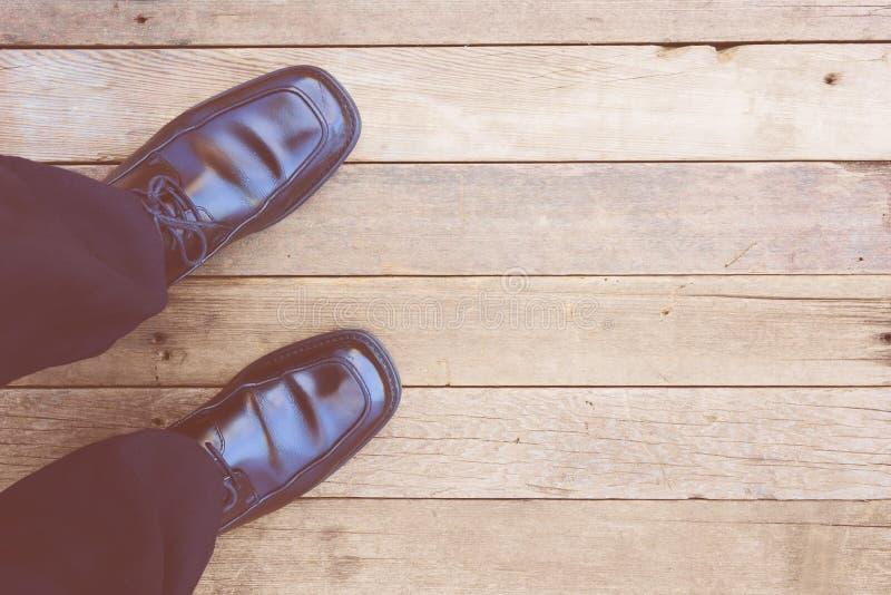füße Erst-Personenansicht über rustikalen hölzernen Hintergrund stockfotografie