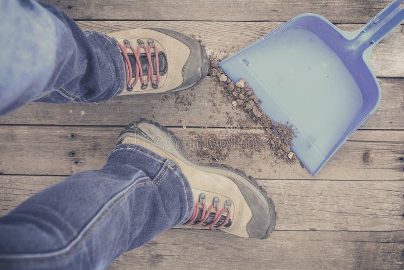 füße Erst-Personenansicht über rustikalen hölzernen Hintergrund stockfoto
