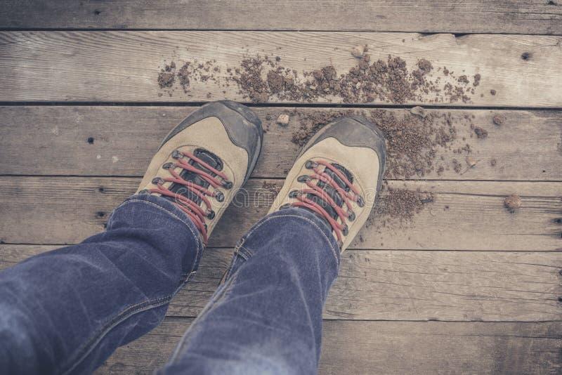 füße Erst-Personenansicht über rustikalen hölzernen Hintergrund stockfotos