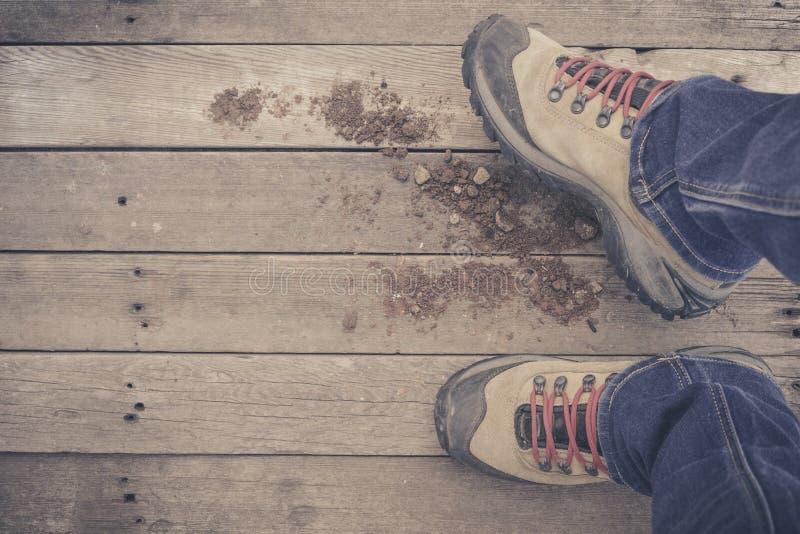füße Erst-Personenansicht über rustikalen hölzernen Hintergrund lizenzfreie stockfotos