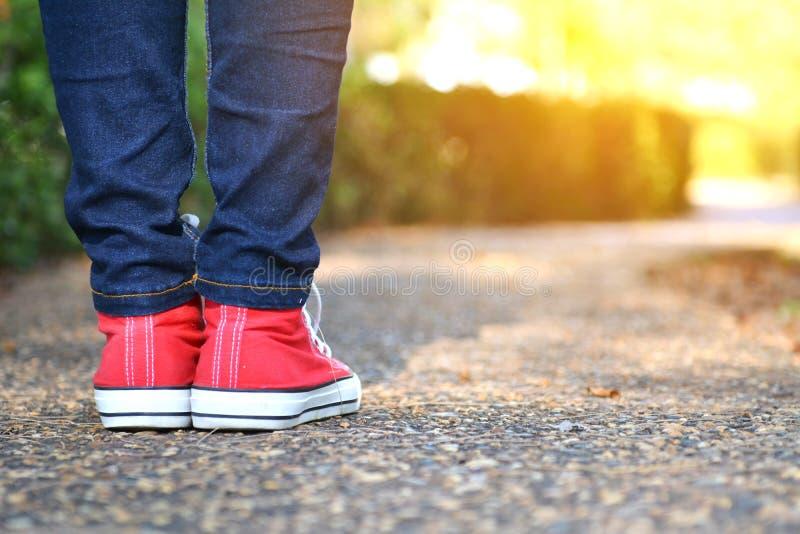 Füße Frauen im Gehen auf den Park stockfotos