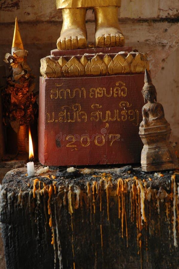 Füße Gold-buddah mit sitzender buddah Statue stockfotografie