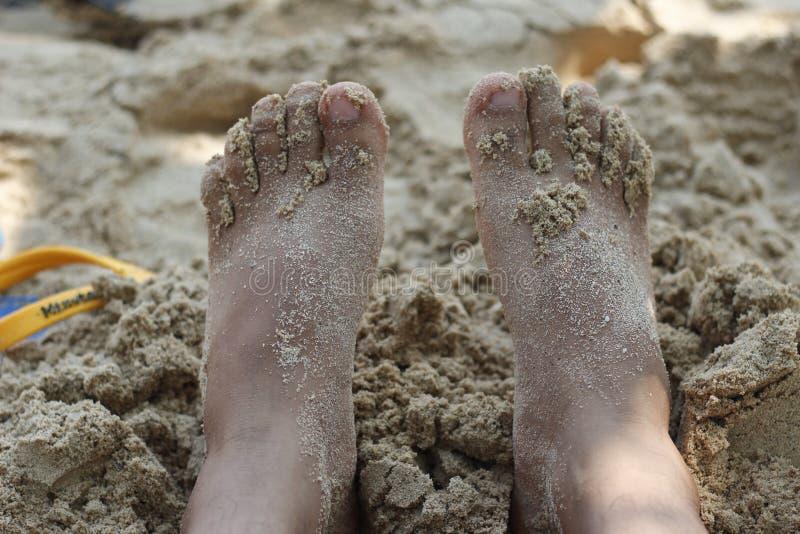 Füße im Sand lizenzfreie stockbilder