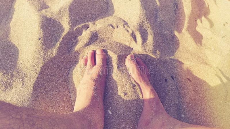 Füße im warmen Sand stockbilder