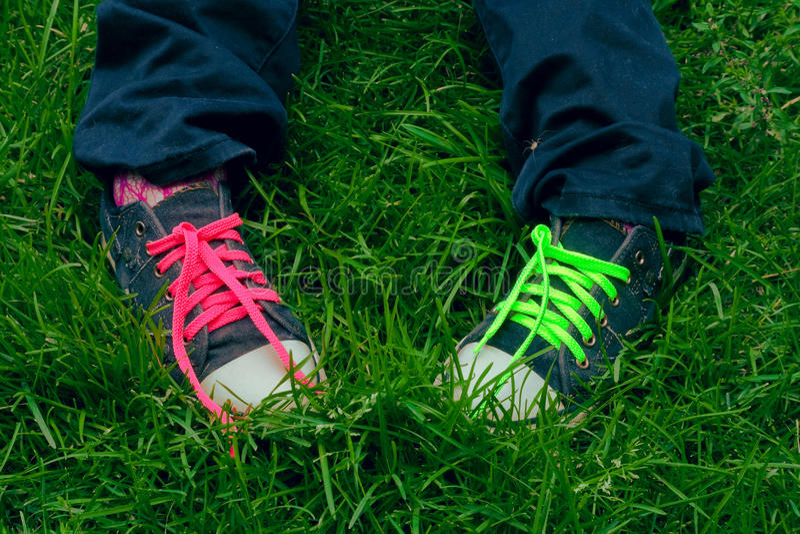 Füße jugendlich in den Turnschuhen stockbilder
