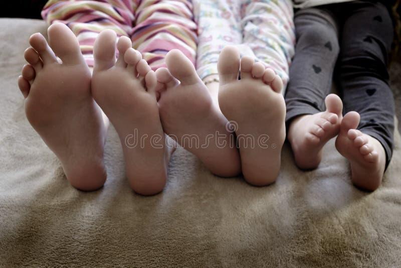 Füße Kinder in den Pyjamas stockfotografie