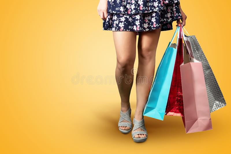 Füße Mädchen mit Paketnahaufnahme Lassen Sie `s gehen Das Problem kauft, Obsession, Rabatte lizenzfreies stockfoto