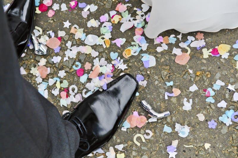 Füße mit Confetti stockfotos