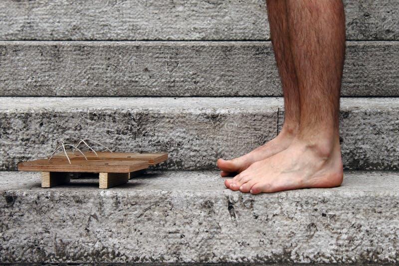 Füße mit ethnischem Pantoffel lizenzfreies stockfoto