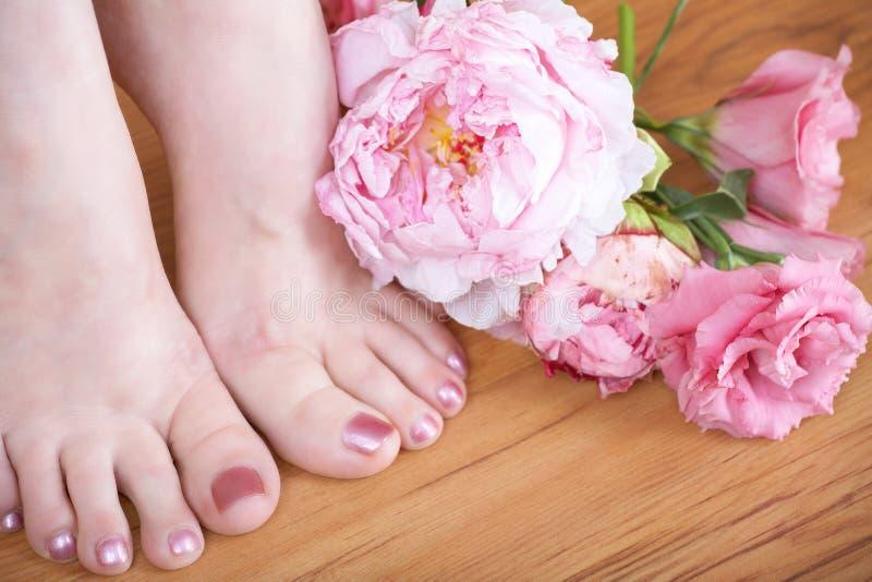 Füße mit rosafarbenem Nagellack stockbild