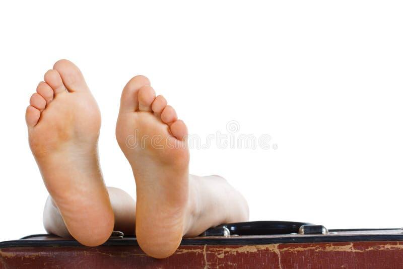 Füße Oben Auf Koffer Stockfotografie