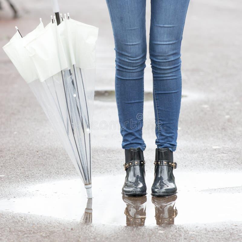 Füße Regenstiefel und Regenschirm-, Herbst- und Winterlebensstil concep stockfoto