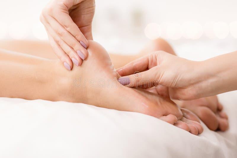 Füße Sorgfalt Frau, die Fuß- und Fingermassage empfängt stockbilder