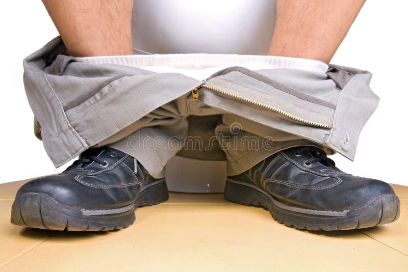Füße und Toilette des Mannes lizenzfreies stockbild