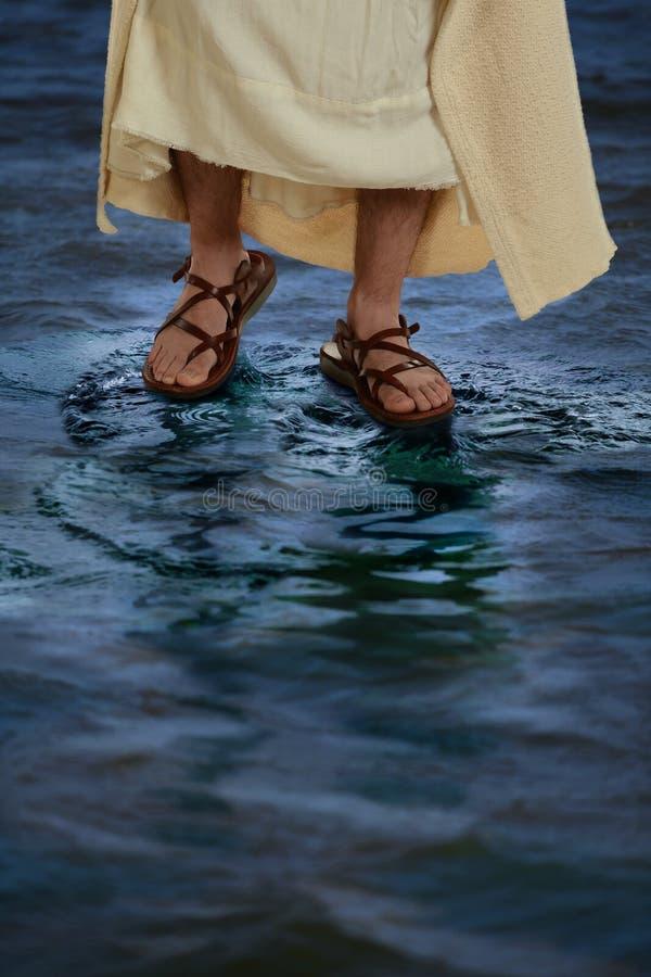 Füße von Jesus Walking auf dem Wasser lizenzfreie stockfotos