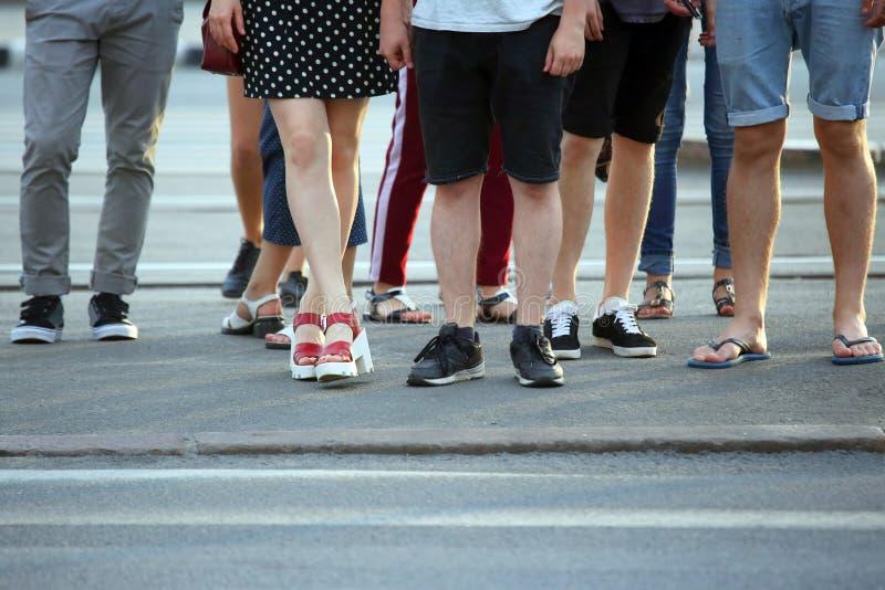 Füße Wartegrünes Licht der Leute auf der Straße lizenzfreies stockfoto