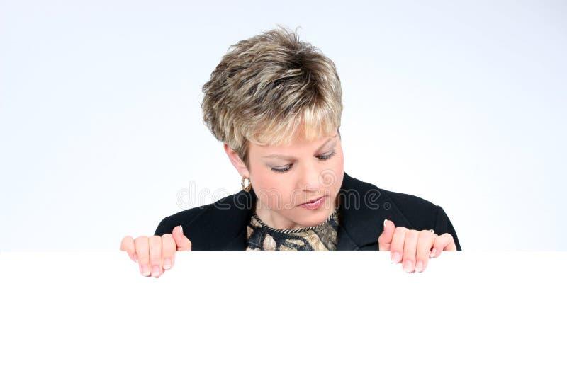 Fügen Sie Die Text-Frau Hinzu, Die Das Weiße Zeichen-Lächeln Anhält Lizenzfreie Stockfotos