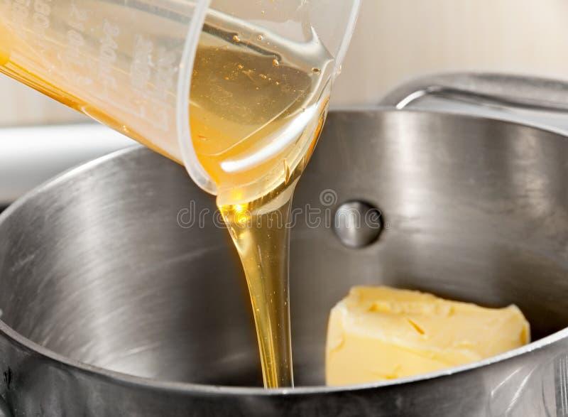 Fügen Sie Honig mit Butter hinzu stockbilder