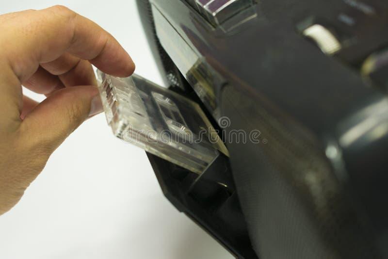 Fügen Sie Kassette in Tonbandgerät ein stockbild