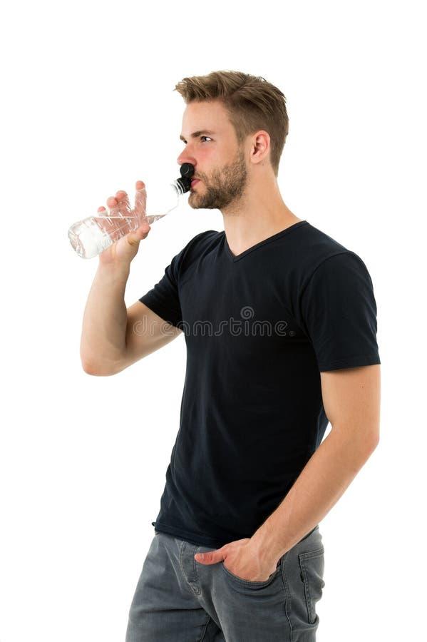 Fühlen durstig Mannathletengriff-Wasserflasche Kerlgetränkwasser auf weißem Hintergrund Mannsorgfaltgesundheit und -Wasserbilanz lizenzfreies stockbild