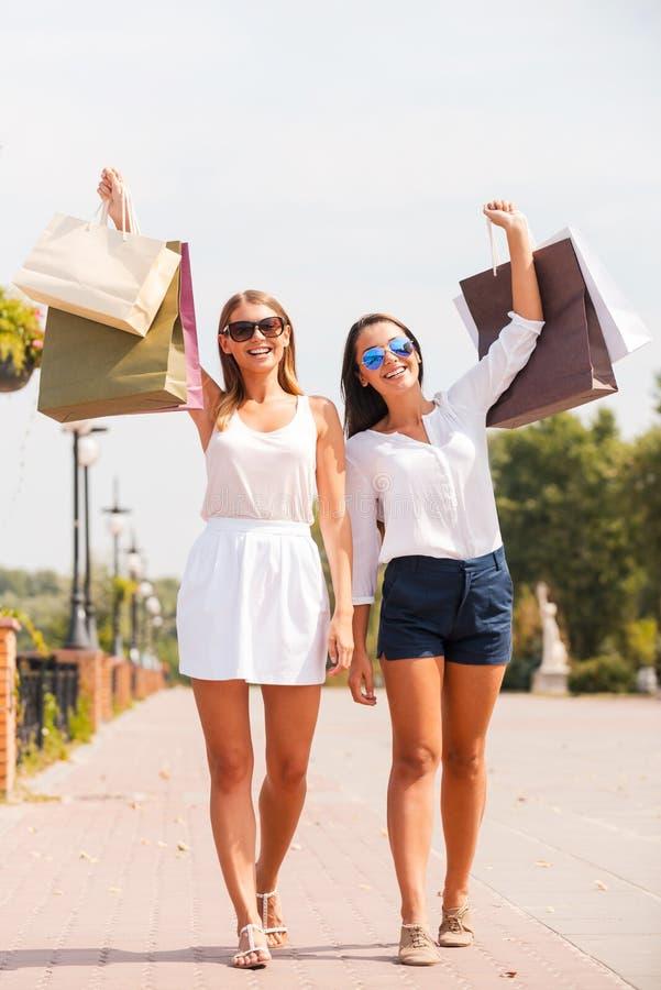 Fühlen glücklich nach dem Tageseinkaufen stockfotos