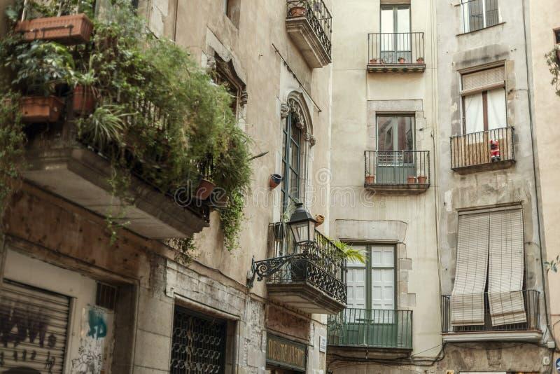 Führen Sie alte Fassadenhäuser in Bezirk Ciutat Vella, historische Mitte von Barcelona einzeln auf stockbilder