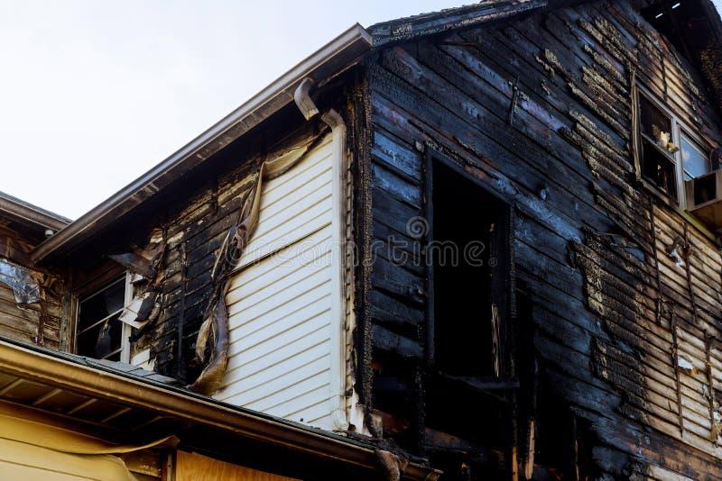 Führen Sie Bildbrandstiftung vom Haus einzeln auf, das nach einem großen housefire verlassen wurde stockfotografie