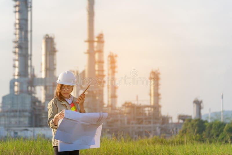 Führen Sie die Frau aus, die Plan mit Radio für Arbeitskraftsicherheitskontrolle an der Kraftwerkenergie und an der petrochemisch stockfotografie