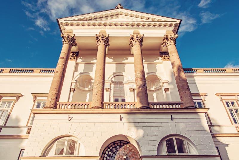 Führen Sie Foto von Topolcianky-Schloss, roter Filter einzeln auf stockfotografie