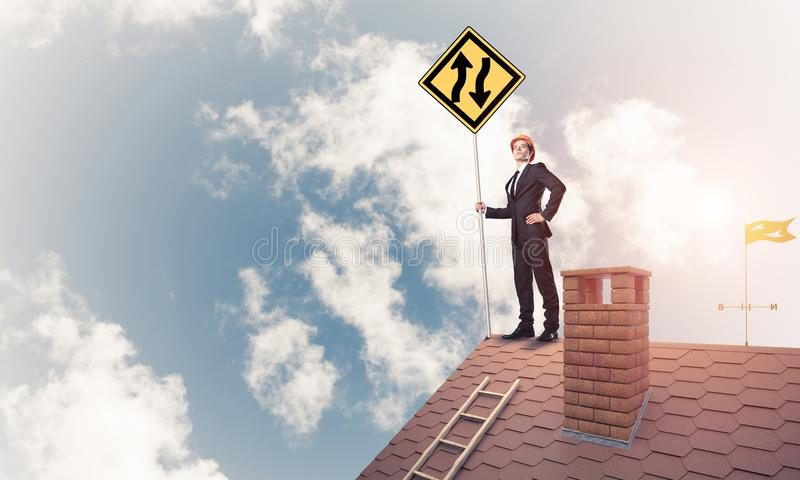 Führen Sie Mann auf Ziegelsteindach mit unterzeichnen herein Hände aus Gemischte Medien lizenzfreies stockfoto