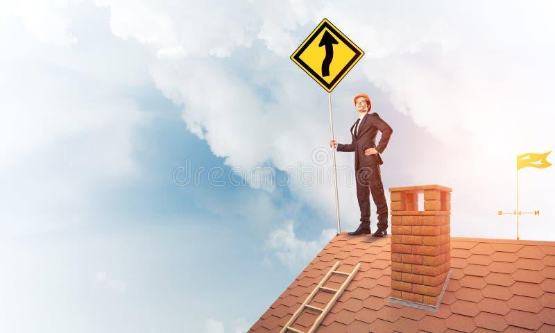Führen Sie Mann auf Ziegelsteindach mit unterzeichnen herein Hände aus Gemischte Medien lizenzfreie stockfotografie