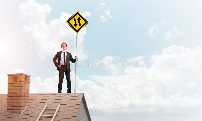 Führen Sie Mann auf Ziegelsteindach mit unterzeichnen herein Hände aus Gemischte Medien stockbilder