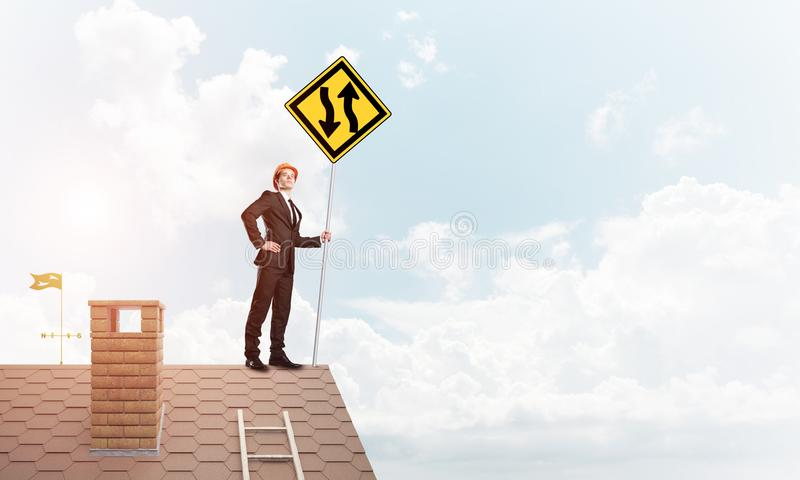 Führen Sie Mann auf Ziegelsteindach mit unterzeichnen herein Hände aus Gemischte Medien stockfoto
