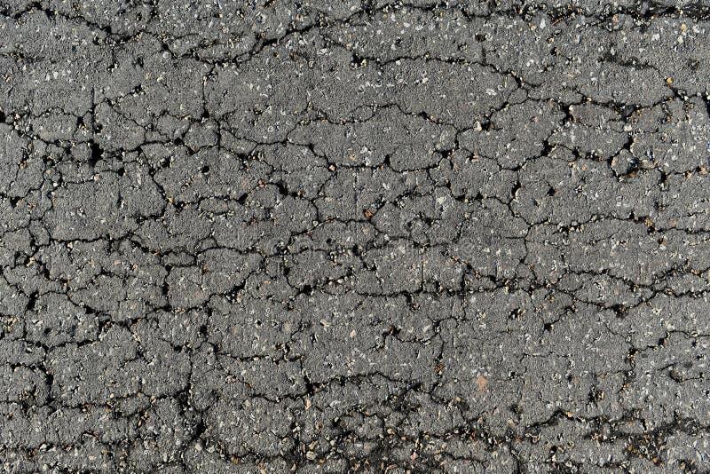 Führen Sie Oberfläche der defekten Asphaltstraße in der Landschaft einzeln auf lizenzfreie stockfotos