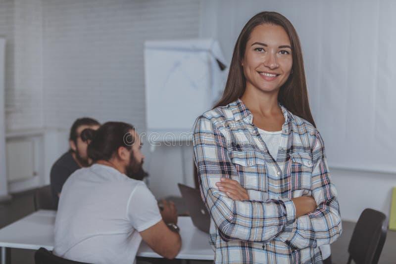 Führende Sitzung der schönen jungen Geschäftsfrau im Büro lizenzfreie stockbilder