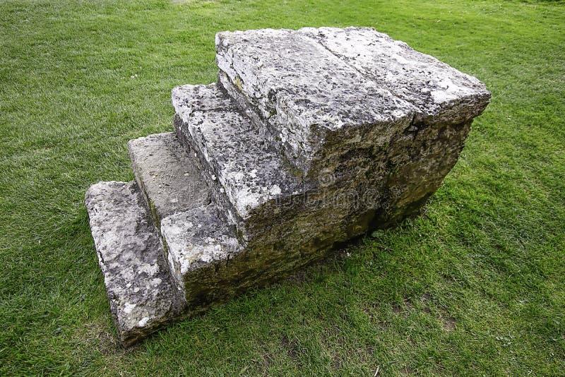 Führende Strafgefangenen der mittelalterlichen Steintreppe zur Durchführung stockbild