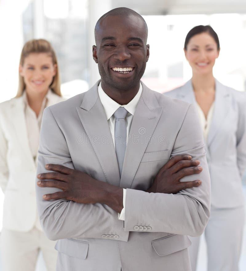 Download Führender Vertreter Der Wirtschaft, Der An Der Kamera Lächelt Stockfoto - Bild von mitarbeiter, teilnehmer: 9098608