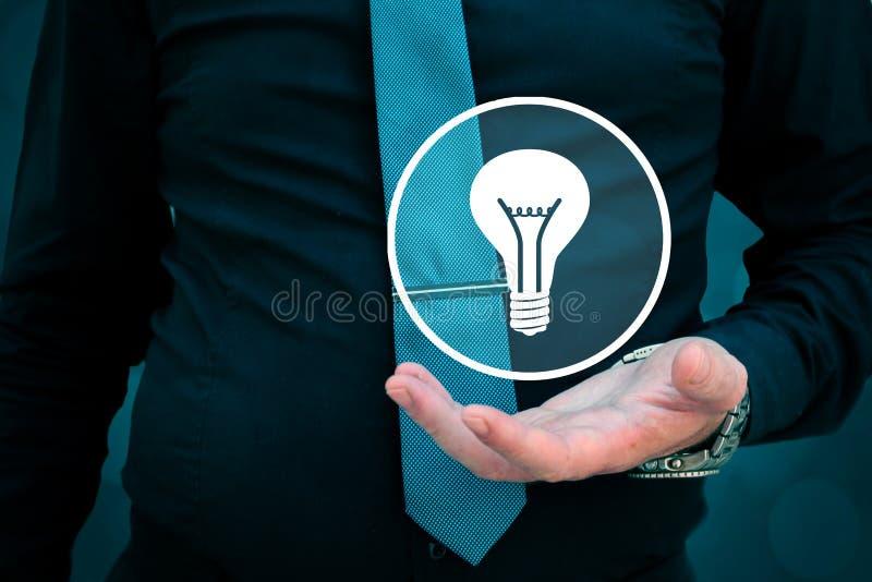 Führer denken an Geschäft, Kreativität, Geschäftsvision Geschäftsmann, der Glühlampe in seiner Hand hält stockbild