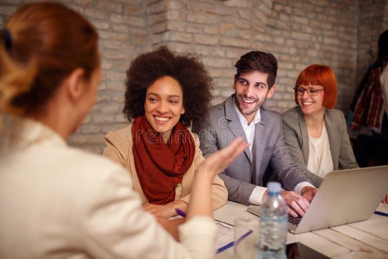 Führerfrauen mit Arbeitgeber besprechen sich stockfotografie