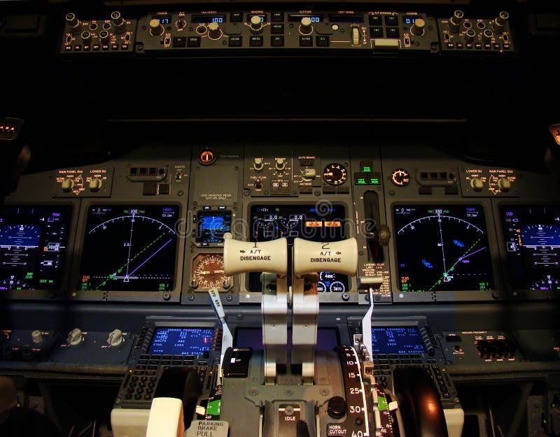 Führerraum eines modernen Verkehrsflugzeugs. lizenzfreie stockfotografie