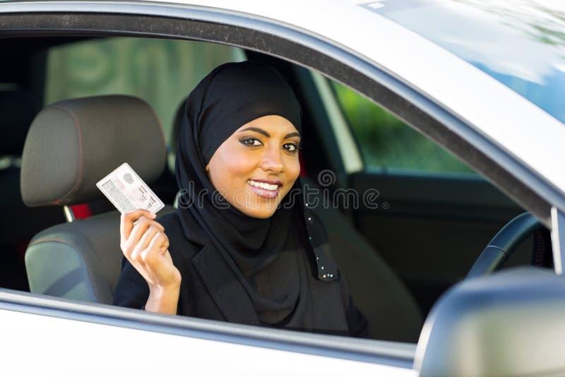 Führerschein der moslemischen Frau stockbilder
