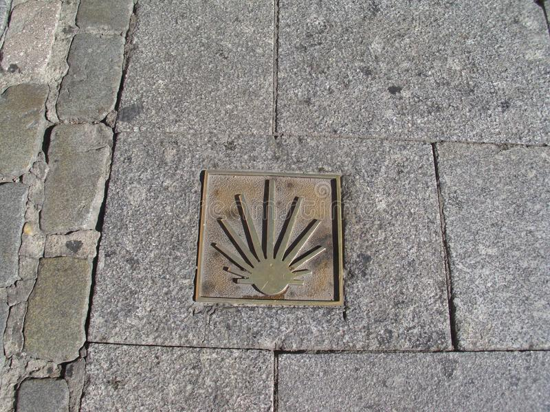 Führersymbol für Pilger und Touristen, die entlang die Straße nach Santiago die Kathedrale von Santiago de Compostela in Gallone  lizenzfreie stockbilder