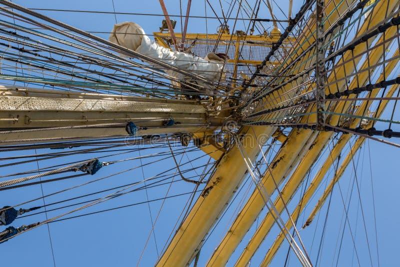 Führt Ausrüstung des Schiffs auf Plattform einzeln auf lizenzfreies stockfoto