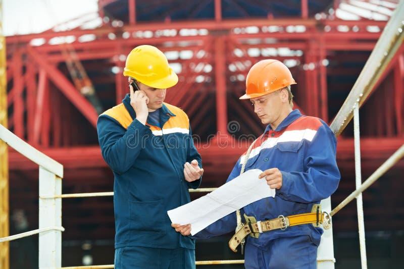 Führt Erbauer an der Baustelle aus stockfoto
