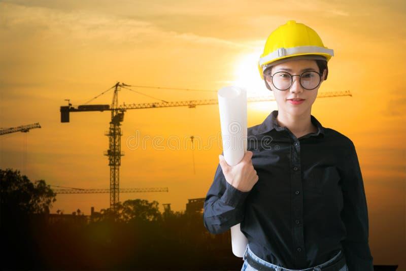 Führt Frau an der Baustelle auf Hintergrund aus lizenzfreies stockfoto