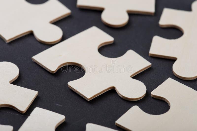 Führungskonzept - Puzzle auf der Tafel lizenzfreie stockbilder